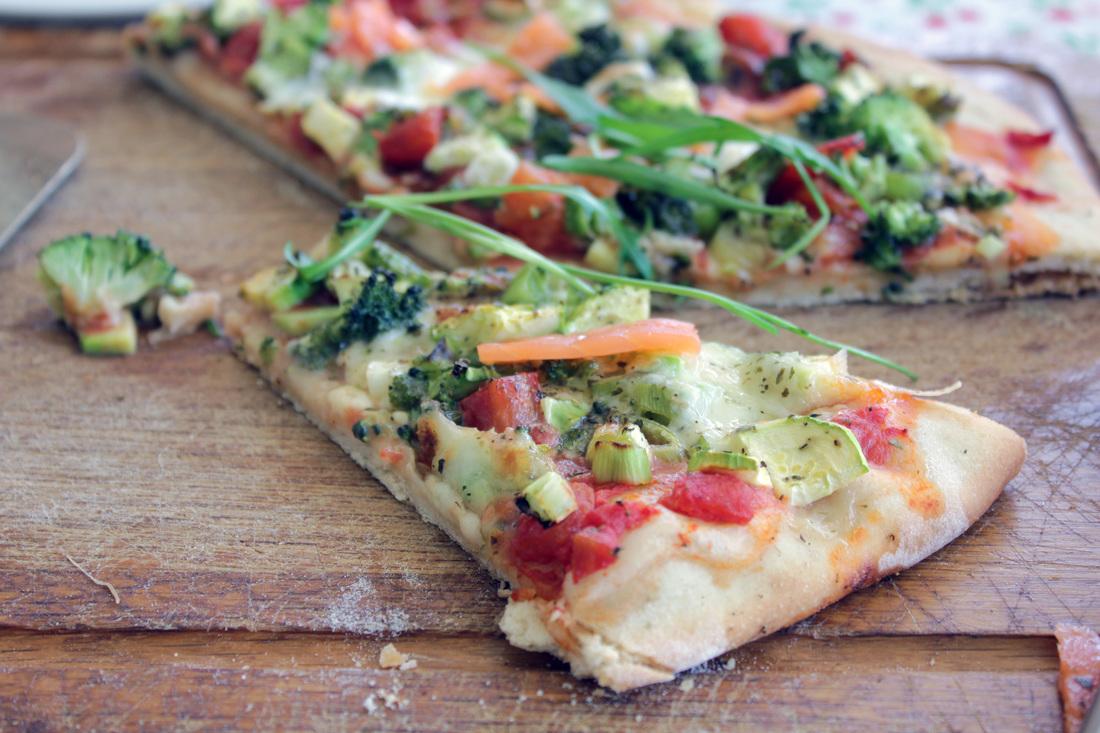 pizza mit brokkoli fr hlingszwiebeln zucchini rucola und lachs. Black Bedroom Furniture Sets. Home Design Ideas